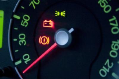 какое должно быть напряжение на аккумуляторе при заведнном двигателе